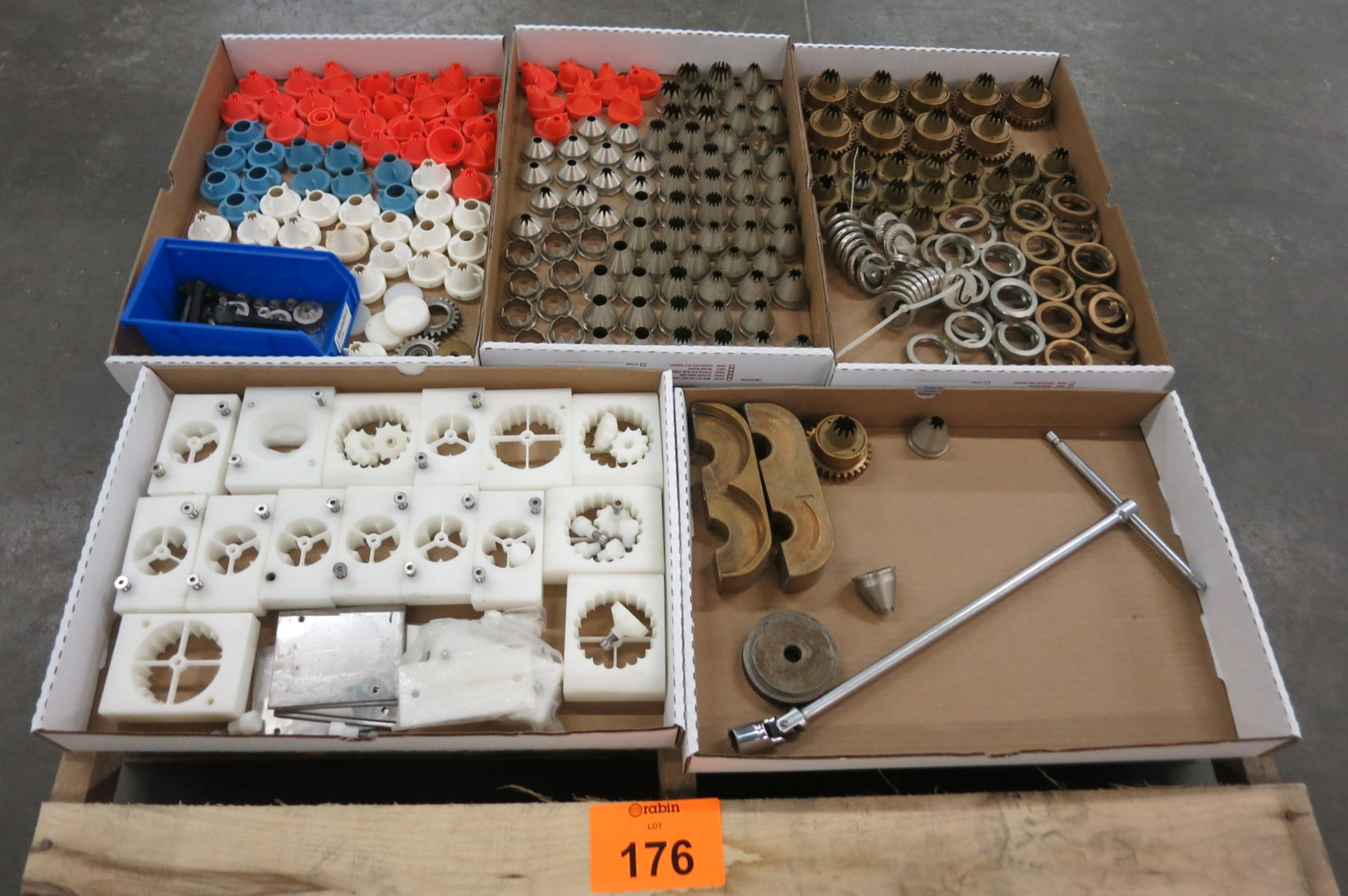 Lot 176 - Nozzles and Holders