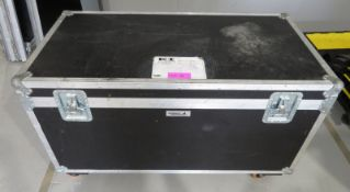 Flightcase with a large quantity of various extensions cables. Dimensions: 126x65x76cm (Lx