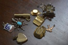 A bag containing a mixed lot of charms including gold and silver (a lot)