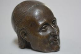 A cast bronze head, a Papal Figure, unmarked (h.7cm x 9cm)