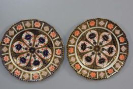 A pair of Royal Crown Derby scalloped plates decorated with Pattern 21 (d.22cm)