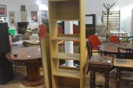 An oak veneered upright open bookcase fitted five shelves (h. 186cm x l. 60cm x d.35cm)