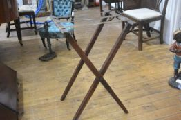 An Edwardian mahogany butler's tray stand (h.80cm x w.53cm)