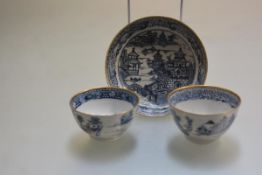 A pair of late 18thc/early 19thc Chinese Exportware tea bowls and saucer, decorated with Pagoda
