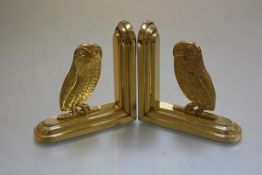 A pair of modern cast brass owl bookends, raised on moulded stepped bases (h.17cm)
