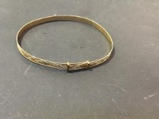 A lady's yellow metal expanding engraved bracelet, marked 9ct (5.2g)