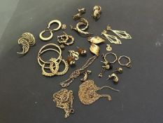 A mixed lot of mainly yellow metal earrings, chains and pendants etc. (a lot) (approx 30.5g)