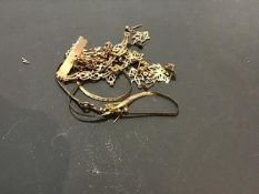 A mixed lot of damaged 9ct gold and yellow metal jewellery (a/f) (13.8g)
