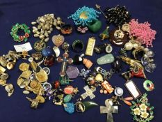 A mixed lot of jewellery, mainly pendants and brooches including Chinese style soapstone pendants