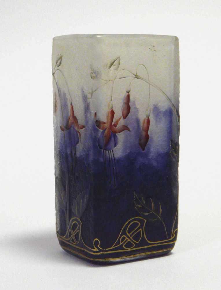 """Lot 2004 - Vase Daum Frères / Nancy, """"Fuchsias""""Vierkantige Vase auf quadratischem Stand, am Boden signiert """""""