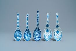 Five Chinese blue and white spoons, 19th C.