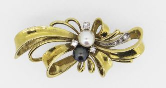 14CT (585) YELLOW GOLD BOW DESIGN BROOCH having twin pearl centre (one black and one white)