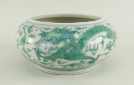 CHINESE DOUCAI PORCELAIN BRUSHWASHER decorated with two confronting five-clawed green dragons