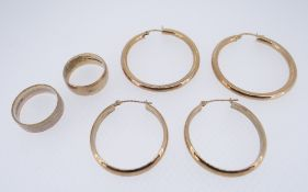 ASSORTED 9CT GOLD JEWELLERY TO INCLUDE TWO SETS OF EARRINGS AND TWO RINGS, one of tri-gold colour,
