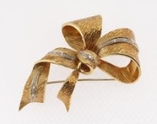 18CT (750) GOLD BOW DESIGN BAR BROOCH set with nine small diamonds, 14.7gms
