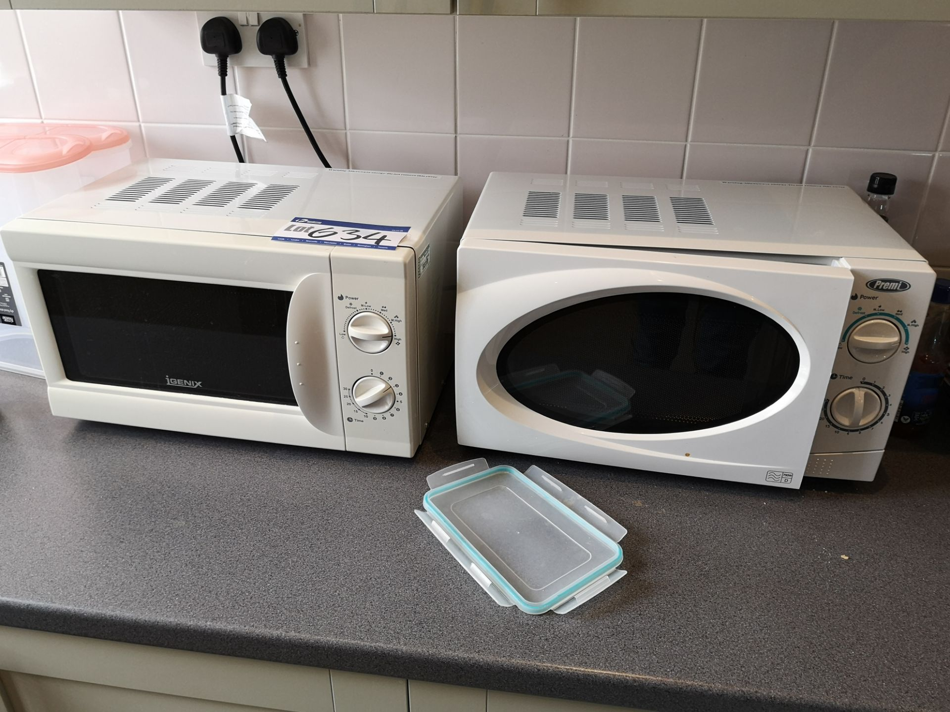 Lot 634 - Two Microwaves, 700W (LOT LOCATED AT 153 LEEDS ROA