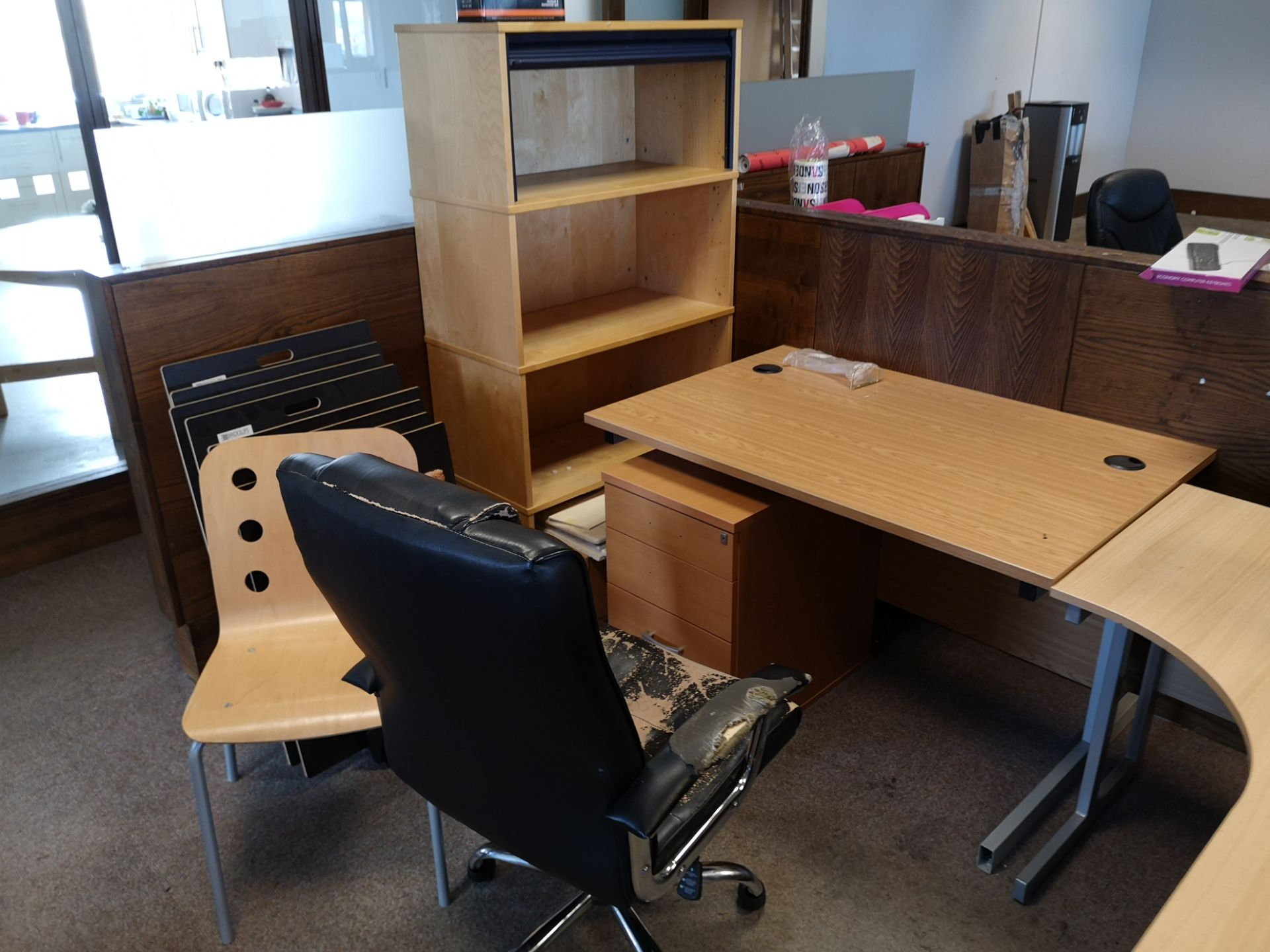 Lot 661 - Light Oak Veneered Workstation, with light oak ven