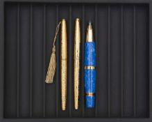 AURORA, Lot de trois stylos, Deux stylos plume collection Madamin plaqué or marbré, attributs