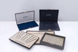 AURORA, Accessoire Une boîte de rangement pour six stylos en bois verni. Abîmée. Une boîte de