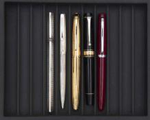 AURORA, Lot de cinq stylos Stylo roller en argent 800 millième de forme trinangulaire. Pas de