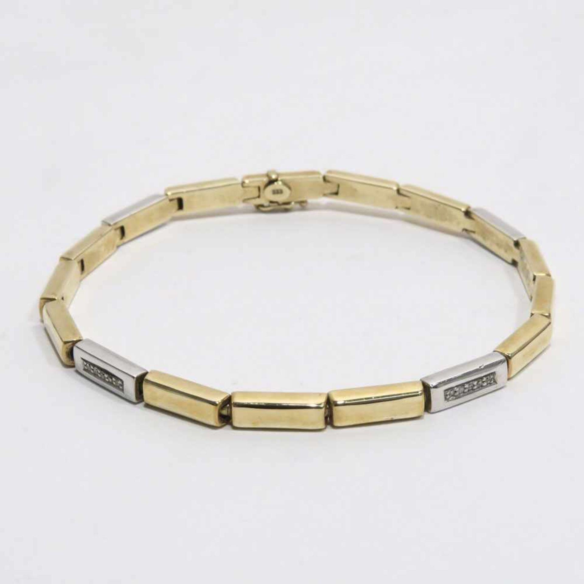 Los 57 - Armband8 K GG und WG, Marke (333). Vier WG-Glieder mit je fünf Kleindiamanten besetzt.
