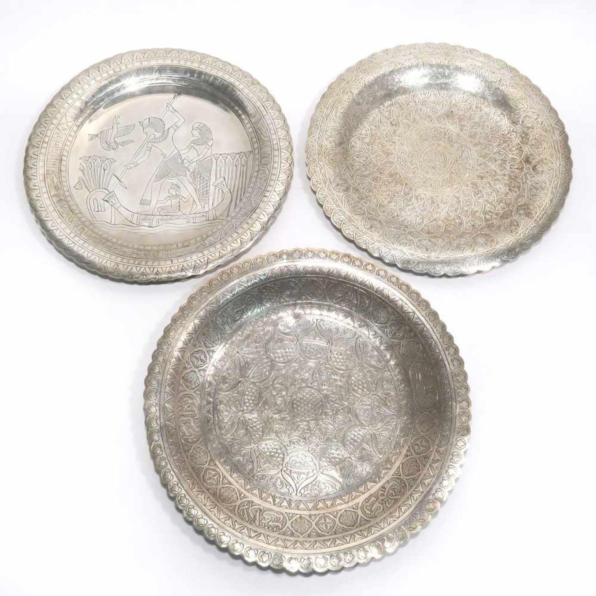 Los 20 - Drei TellerAlexandria, 20. Jh. bzw. wohl persisch. Silber. Gravierter ornamentaler und tlw.