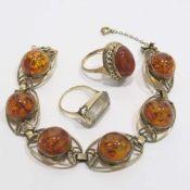 Armband und zwei Ringe8 K GG, Marken (333). Armband und ein Ring mit Bernstein-Cabochons bzw. ein