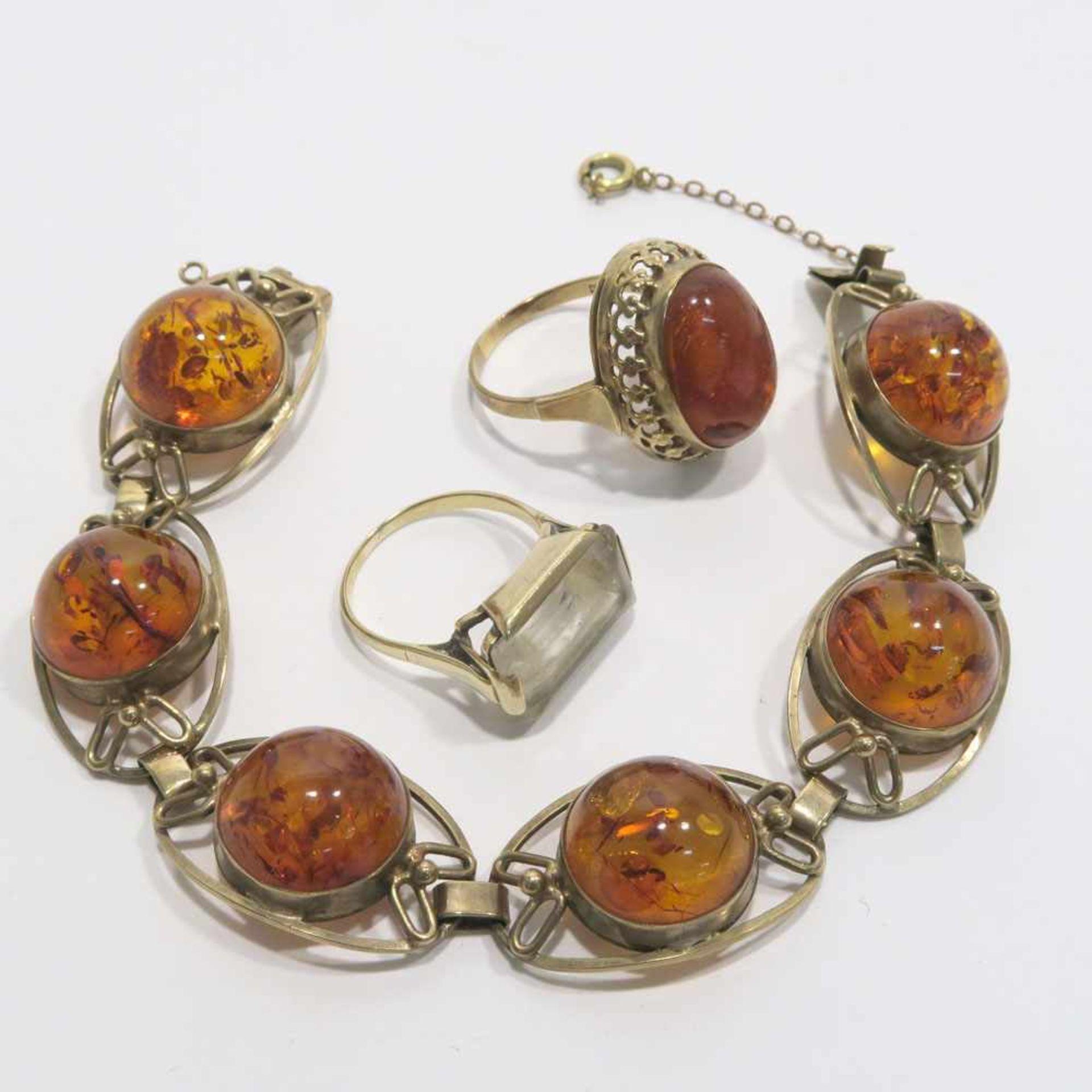 Los 59 - Armband und zwei Ringe8 K GG, Marken (333). Armband und ein Ring mit Bernstein-Cabochons bzw. ein