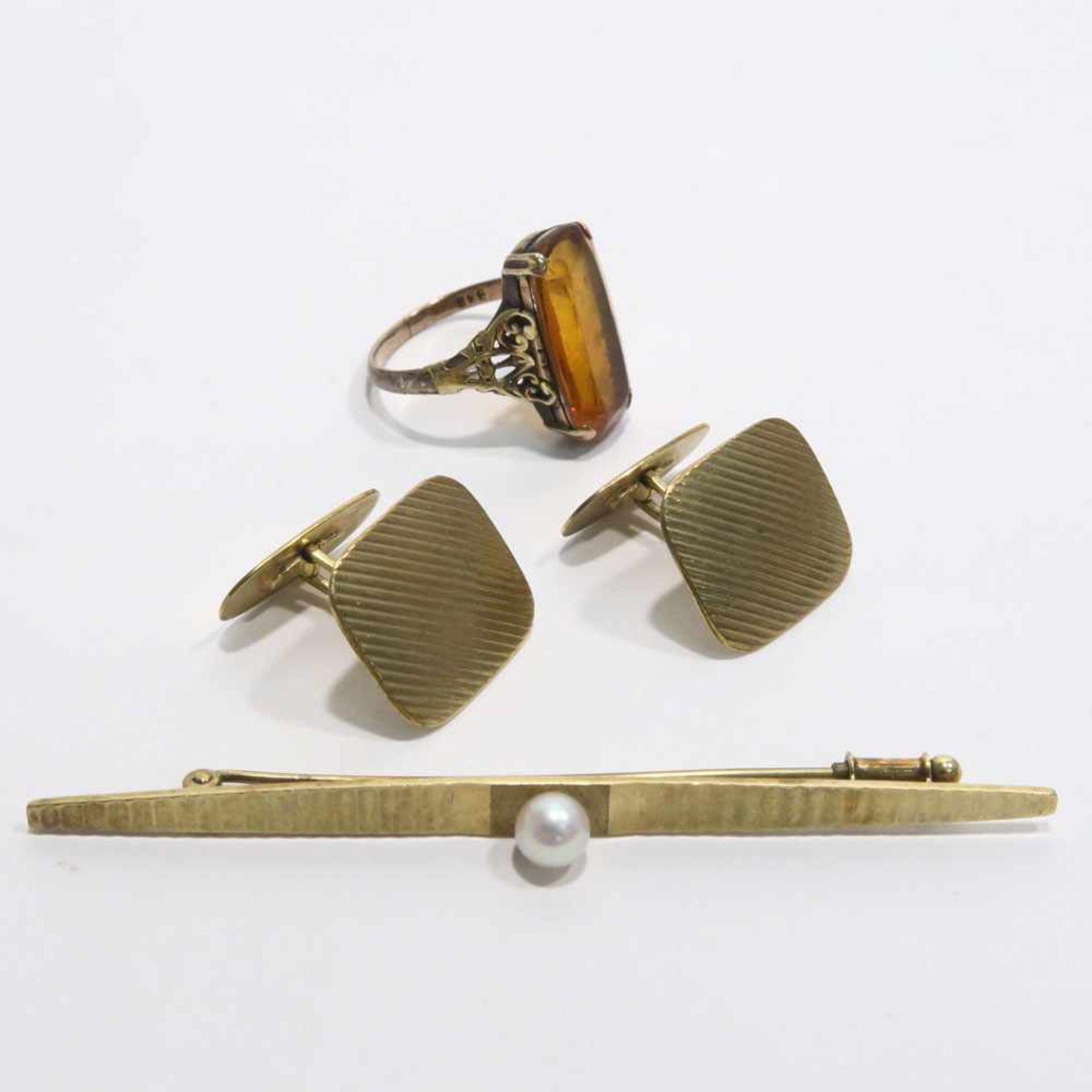 Ring, Stabnadel und ein Paar Manschettenknöpfe8 K GG, Marken (333). Der Ring mit länglichem