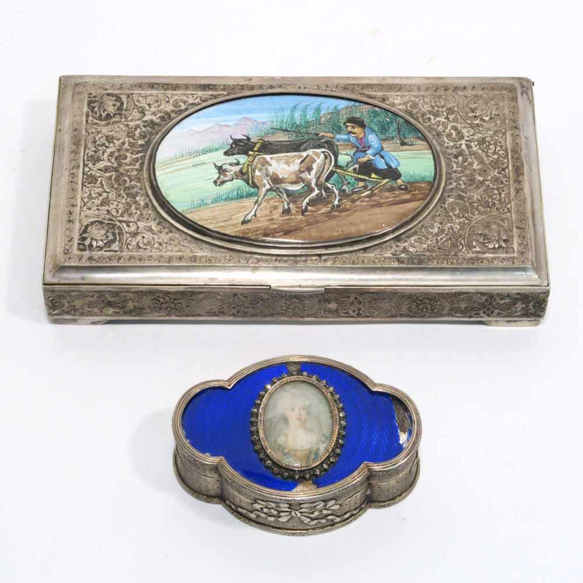 Los 25 - Zwei DosenFrankreich bzw. Vorderer Orient, wohl Persien. Silber, innen vergoldet. Ovale, passig