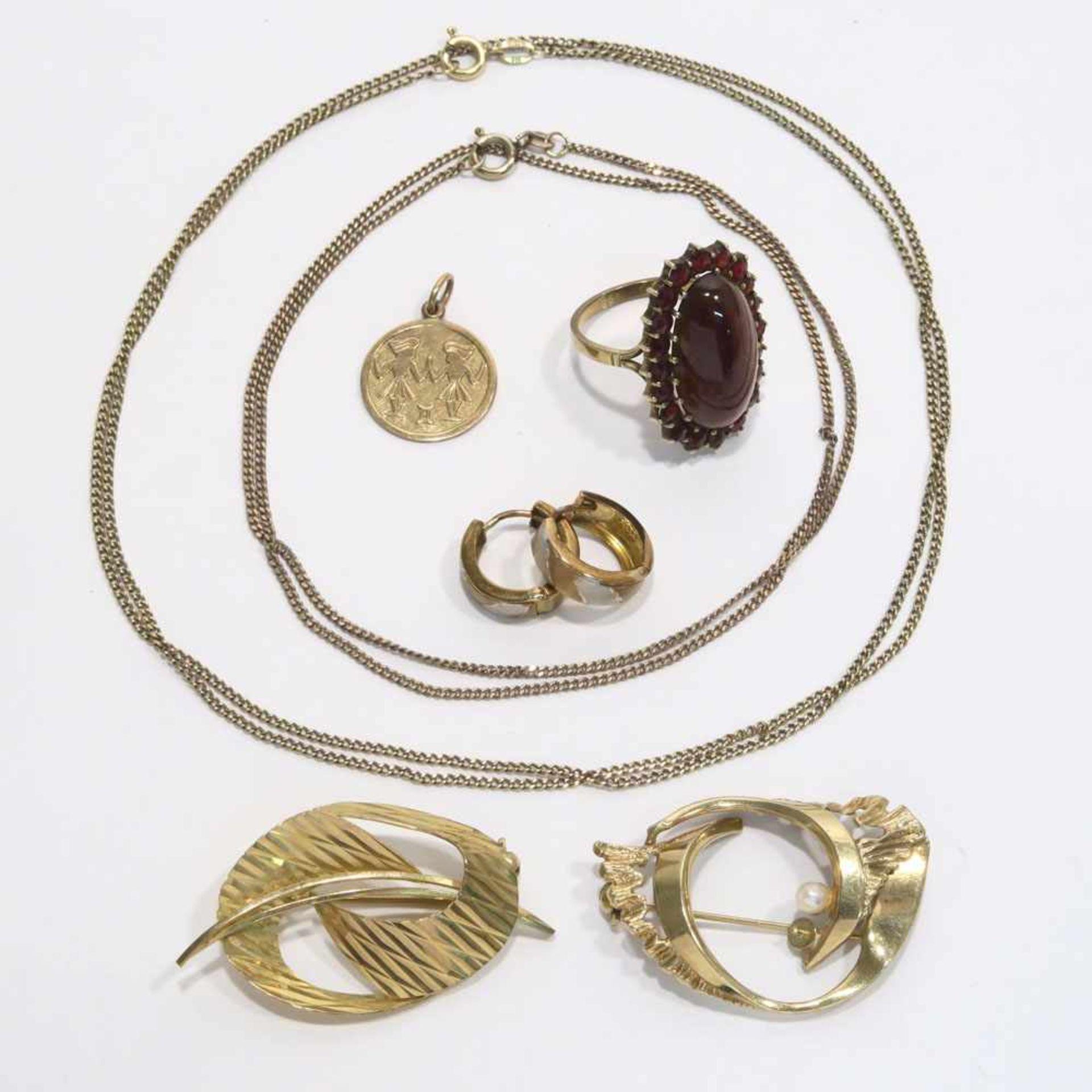 Los 51 - Konvolut Goldschmuck, 7tlg.8 K GG/RG/WG, Marken (333). Perle bzw. Granaten, tlw. Gravur. Versch.