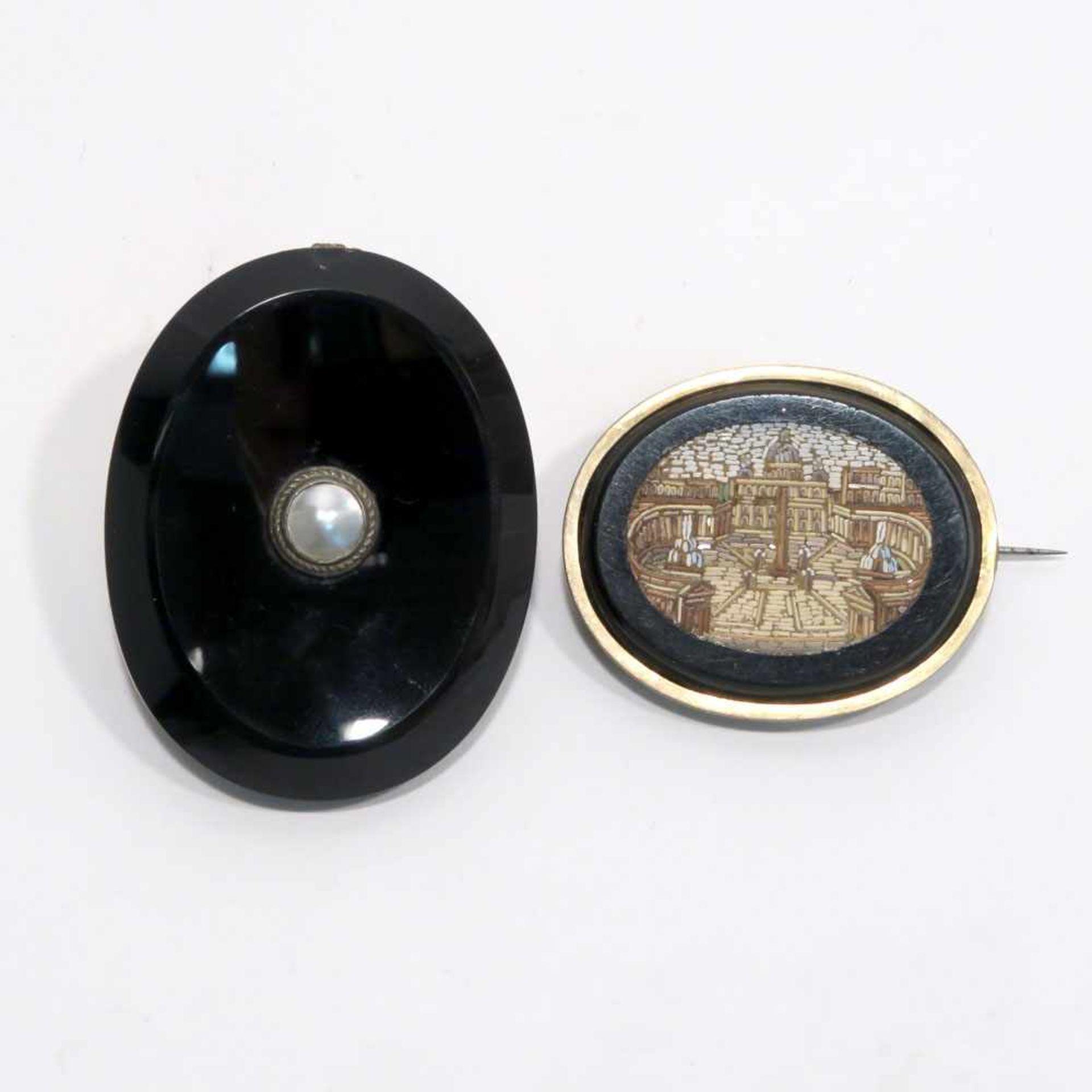 Brosche und AnhängerBrosche um 1860. Silber, (geprüft: Rahmung und Nadel). Ovaler Onyx mit