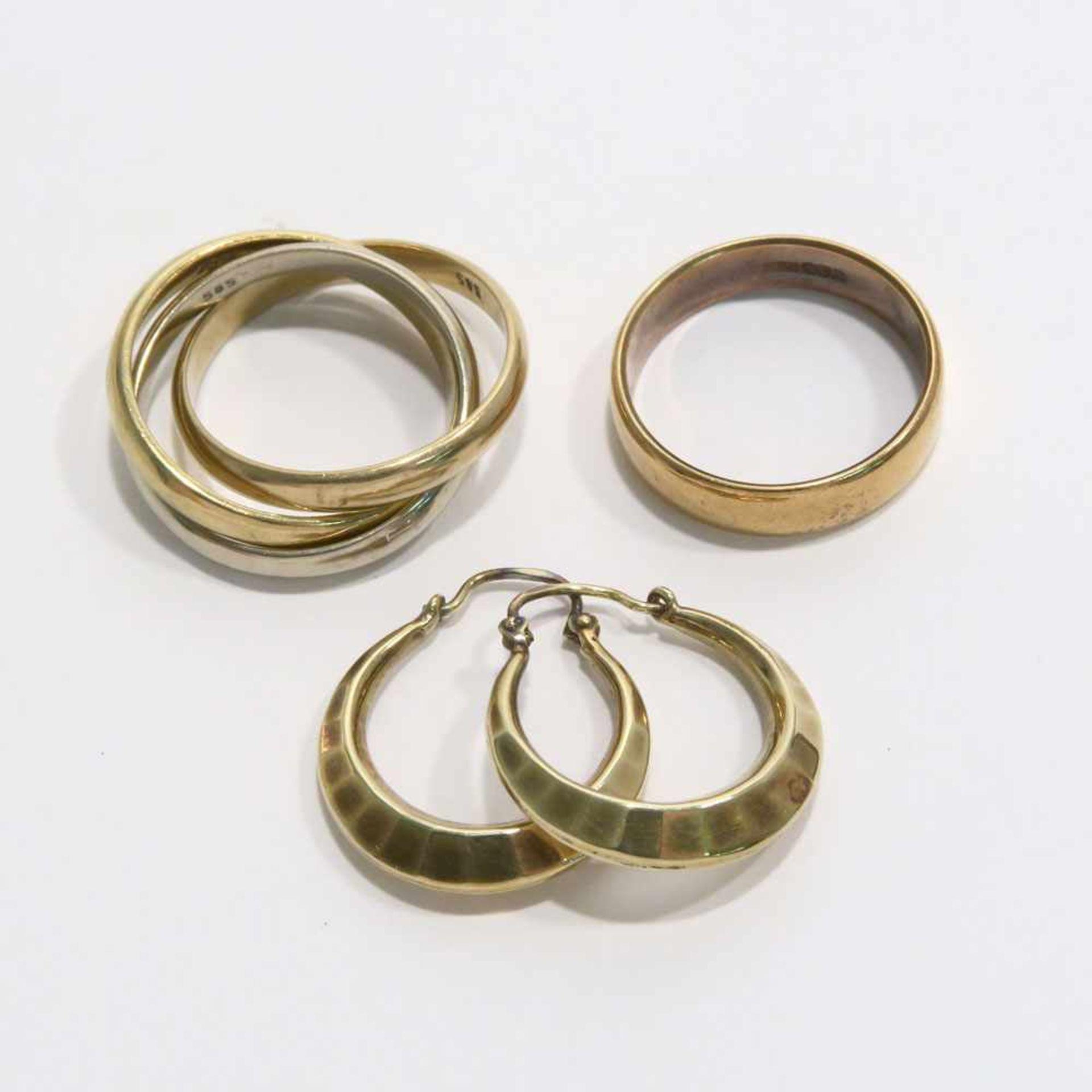 Ein Paar Ohrringe und zwei Ringe18 K bzw. 14 K GG/RG/WG, Marken (750, 585). Trinity-Ring bzw.