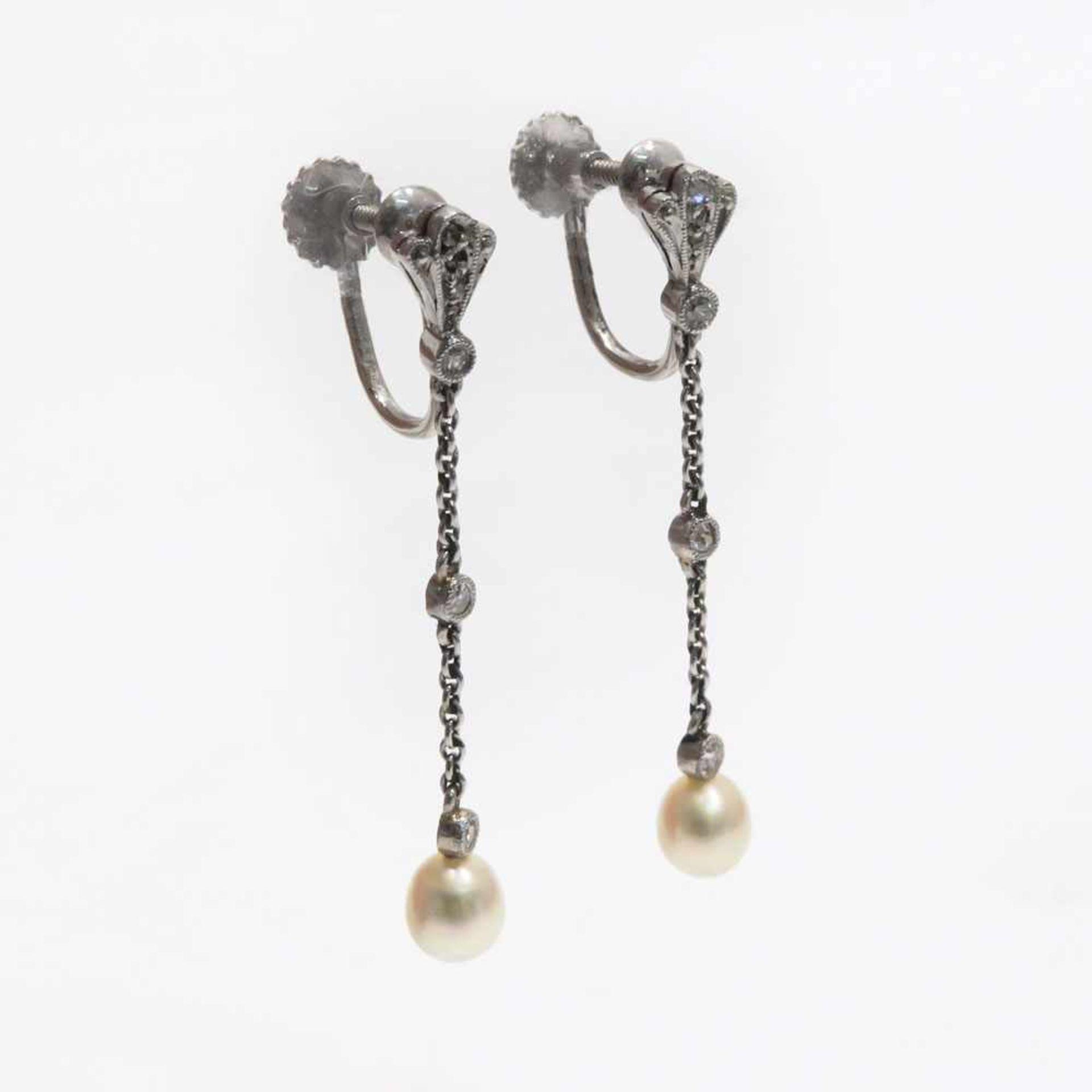 Ein Paar Ohrgehänge14 K WG, Marken (585). In Form zweier Kettchen mit Kleindiamanten besetzt und
