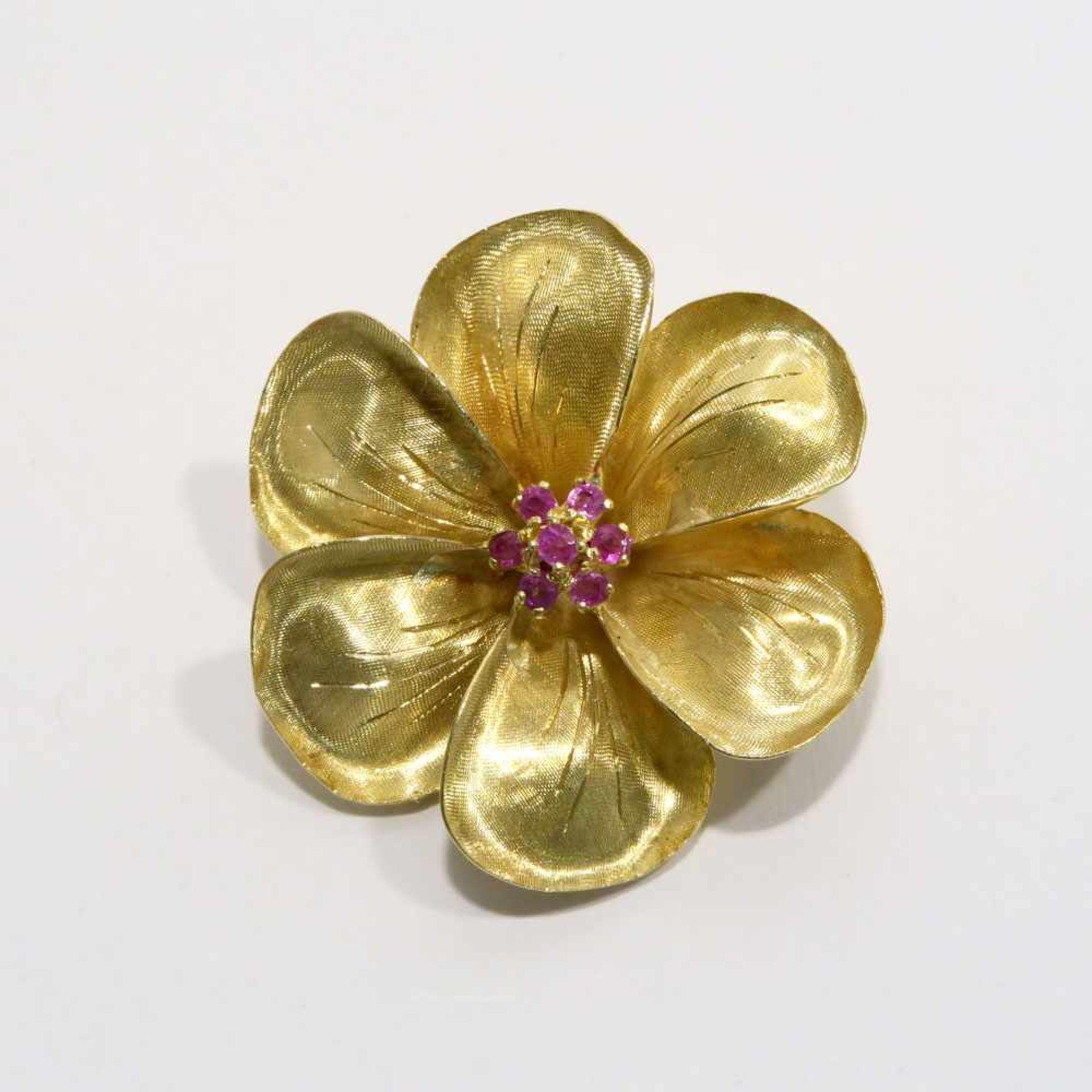 BroscheUm 1960. 18 K GG, Marke (750). In satinierter Blütenform, mittig besetzt mit sieben kleinen