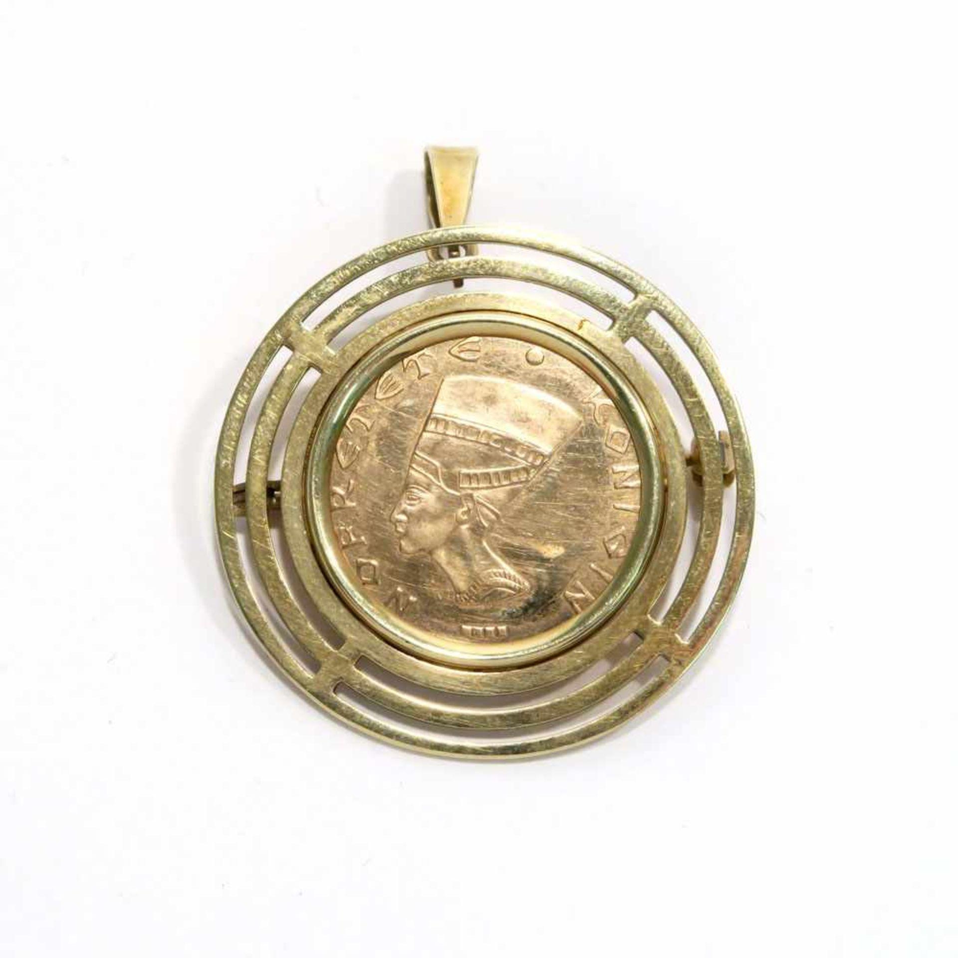 Münzanhänger14 K GG, Marke (585). Durchbrochene runde Rahmung mit Nofretete-Münze. Ø 3,5 cm. Ges.