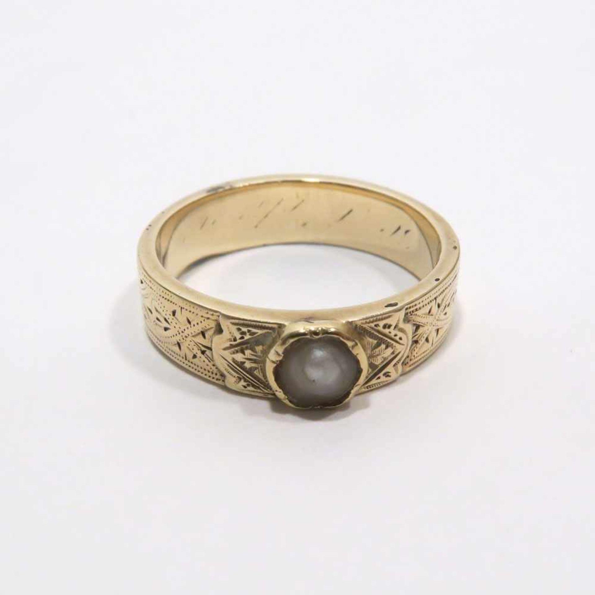 Ring14 K GG, (geprüft). Mit Zuchthalbperle besetzt und mit graviertem Dekor. Innen Gravur. Ringgröße