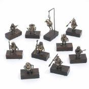 Zehn Miniatur-FigurenSilber. Birnenförmige Figürchen mit Entenfüßen und Knollennase, ausstaffiert
