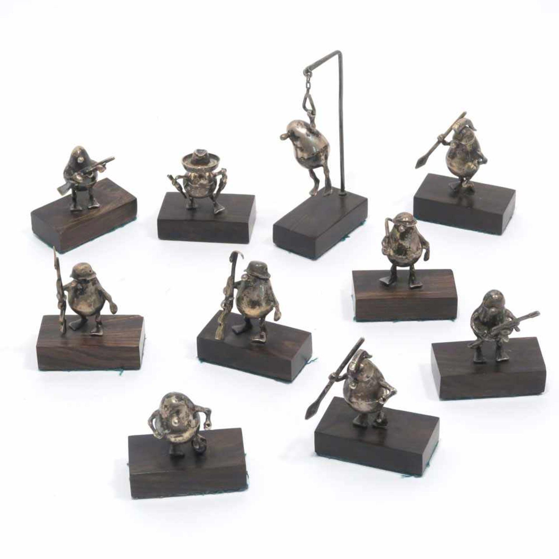 Los 30 - Zehn Miniatur-FigurenSilber. Birnenförmige Figürchen mit Entenfüßen und Knollennase, ausstaffiert
