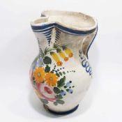 HenkelkrugKeramik, weiß glasiert mit buntem Blumendekor. Bandhenkel und gedrückter Ausguss. Rep.,