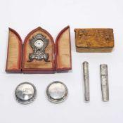 Miniaturpendule, zwei Nadeletuis und zwei DeckelDeutsch u.a. Silber, tlw. vergoldet. Verschiedene