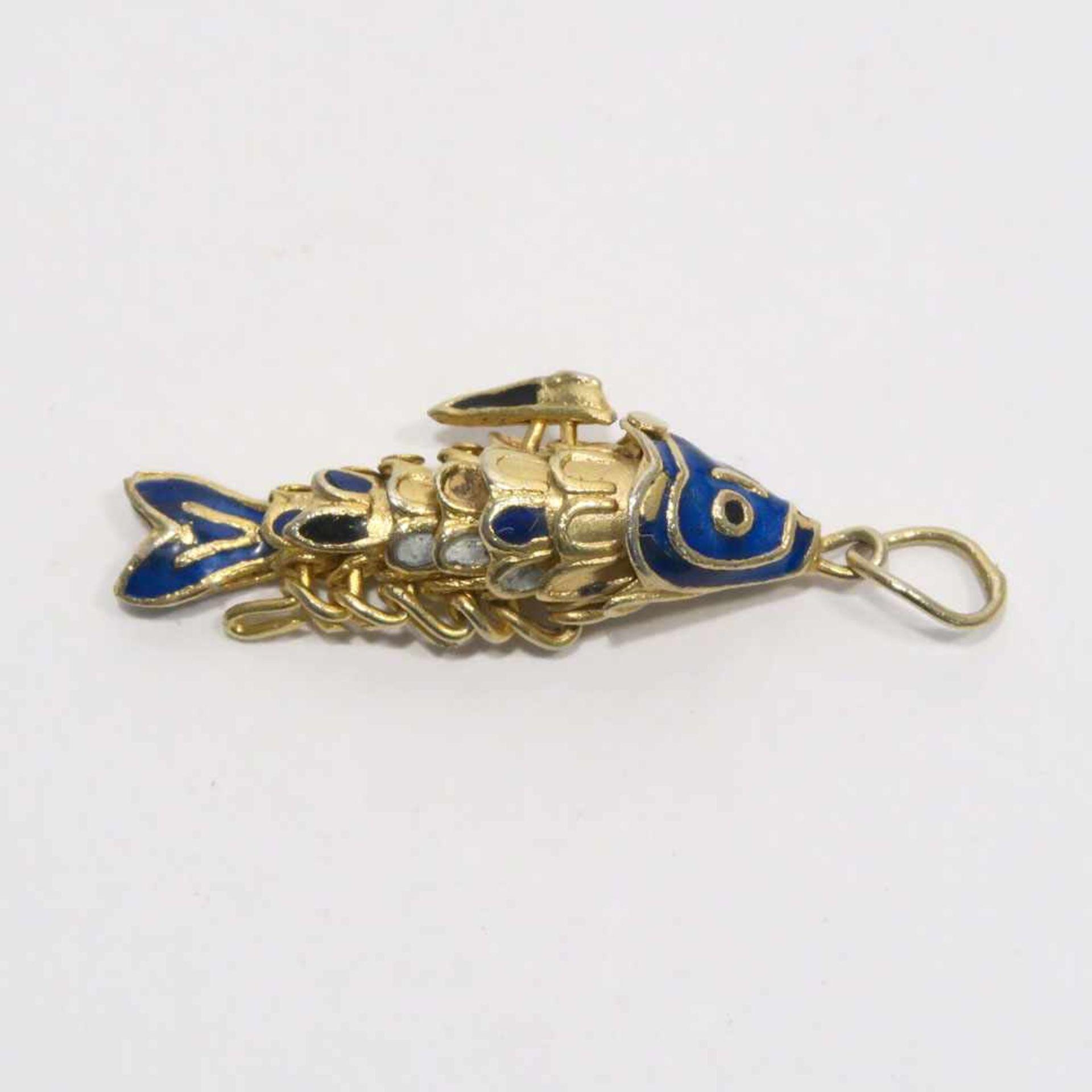 Fisch-AnhängerVergoldet. Bewegliche Glieder tlw. mit blauem und silbernem Email. L. 3 cm (ohne