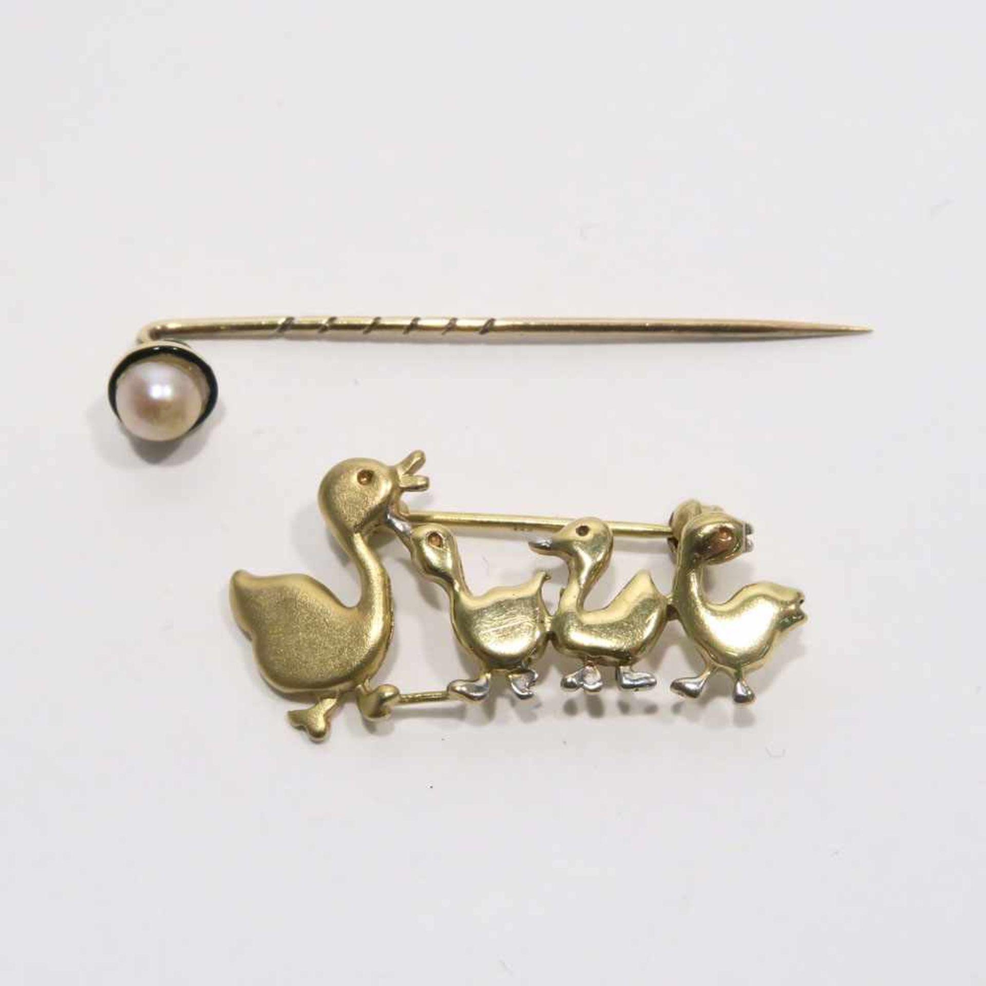 Krawattennadel und Brosche14 K bzw. 8 K GG/WG, (geprüft). Die Krawattennadel mit einer Perle