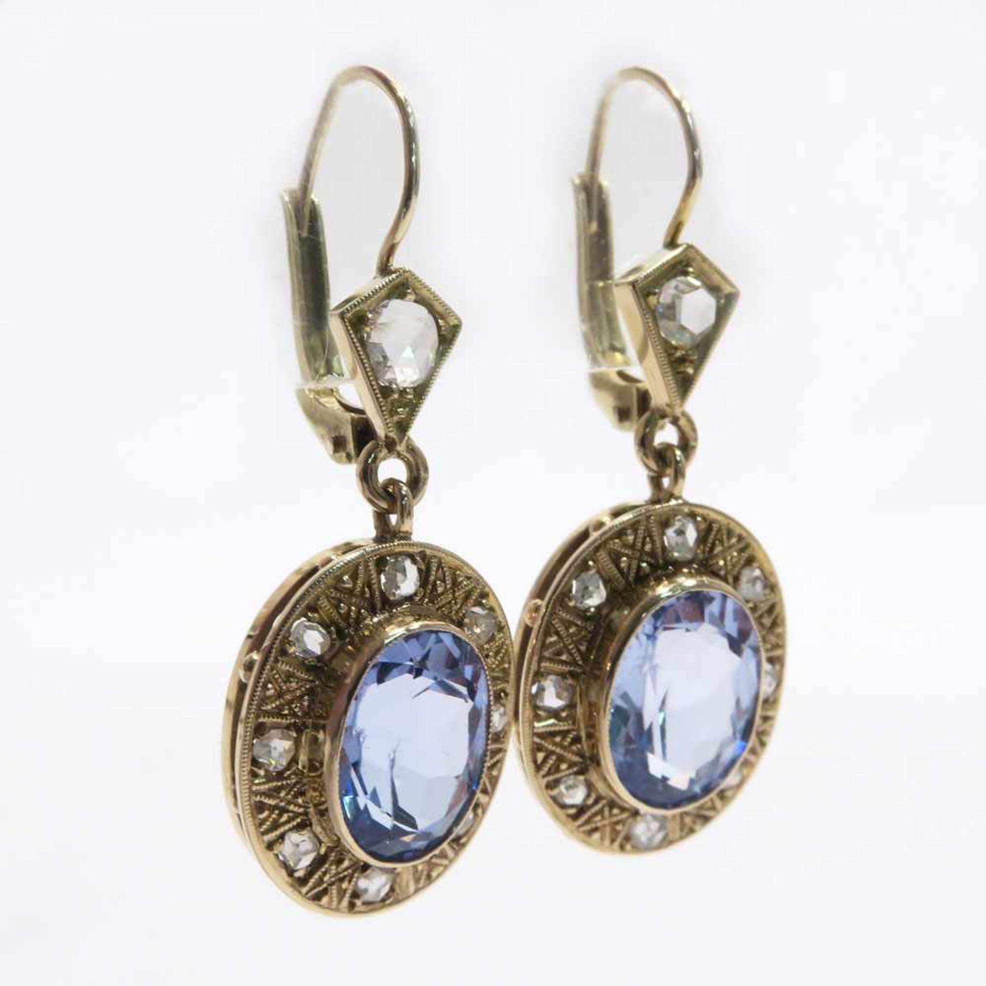 Ein Paar Ohrhänger14 K GG und RG, (geprüft). Mit je einem hellblauen ovalen synth. Spinell in