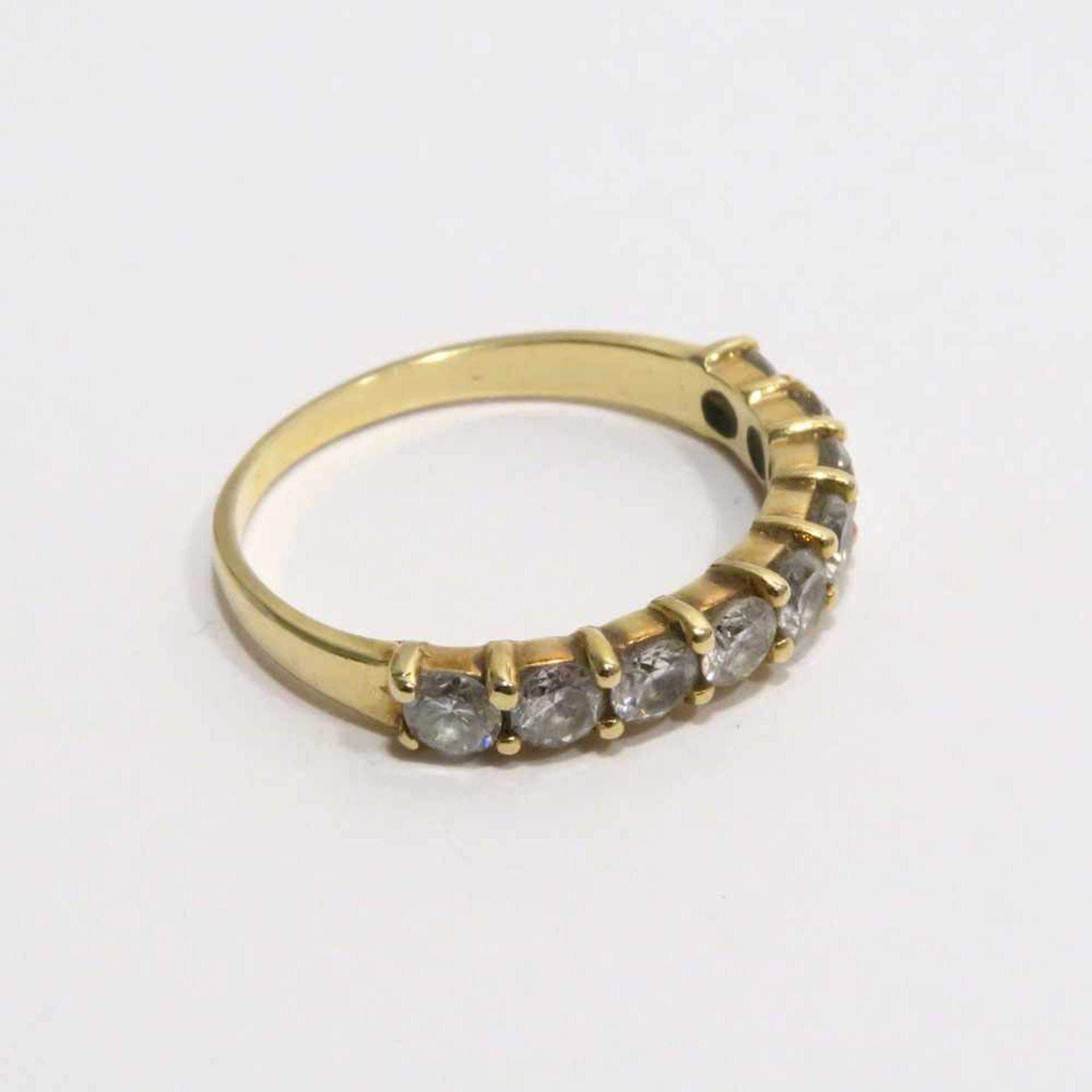 Los 60 - Ring18 K GG, (geprüft). Mit neun Brillanten besetzt, zus. ca. 0,9 ct, mittlere Qualität. Ringgröße