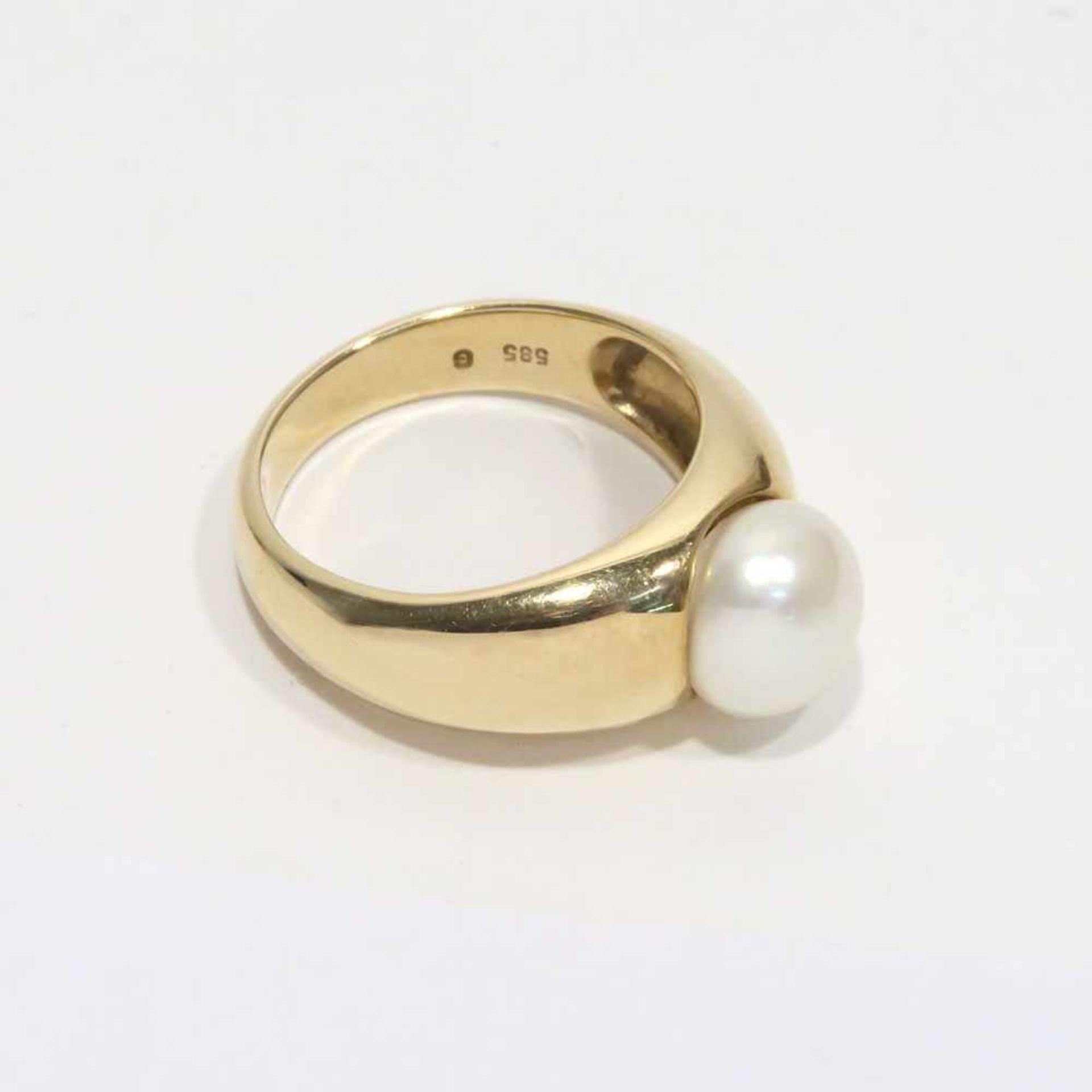 Ring14 K GG, Marke (585). Mit einer Zuchtperle mittig besetzt. Ringgröße 54. 6,1 g.- - -26.00 %