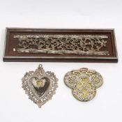 Zwei Silberbeschlag-OrnamenteSilber, auf Holz bzw. auf Messingblech über Holzkern. Ranken-,