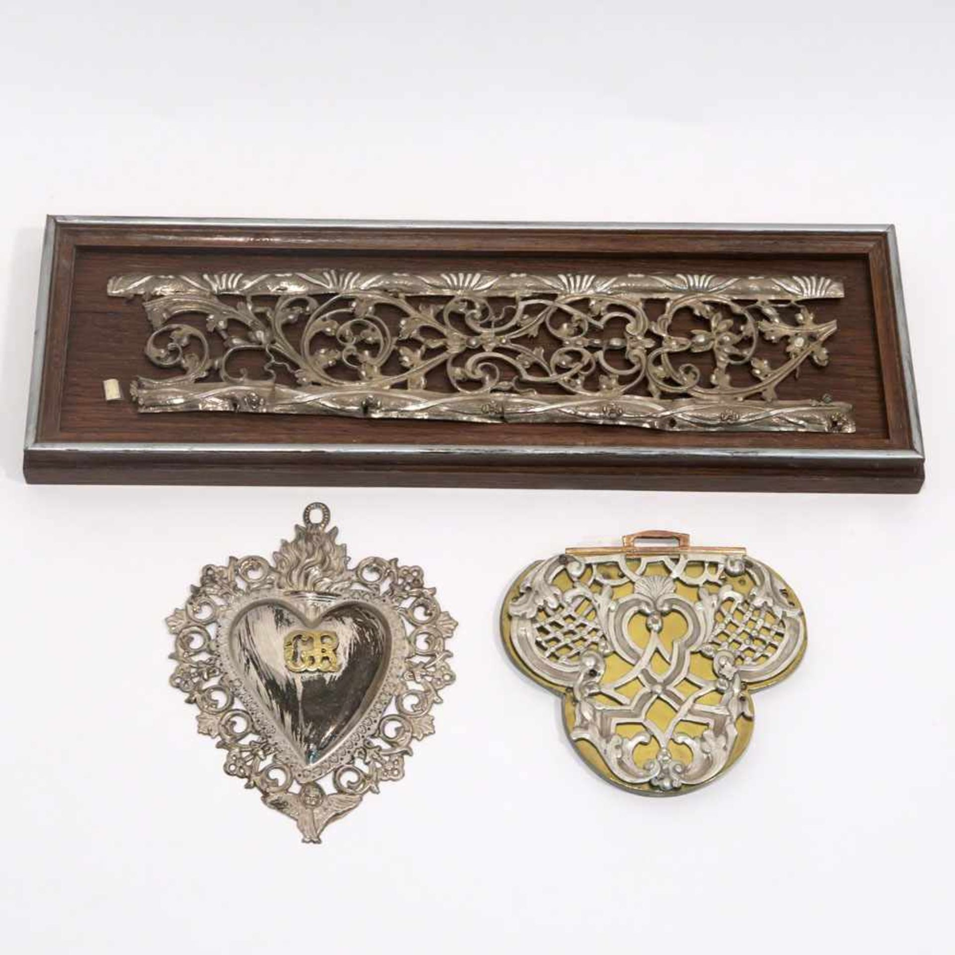 Los 29 - Zwei Silberbeschlag-OrnamenteSilber, auf Holz bzw. auf Messingblech über Holzkern. Ranken-,