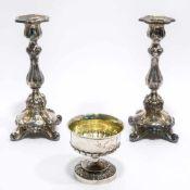 Zwei Kerzenleuchter und ein SchälchenU.a. Deutsch. Silber, tlw. innen vergoldet. Verschiedene