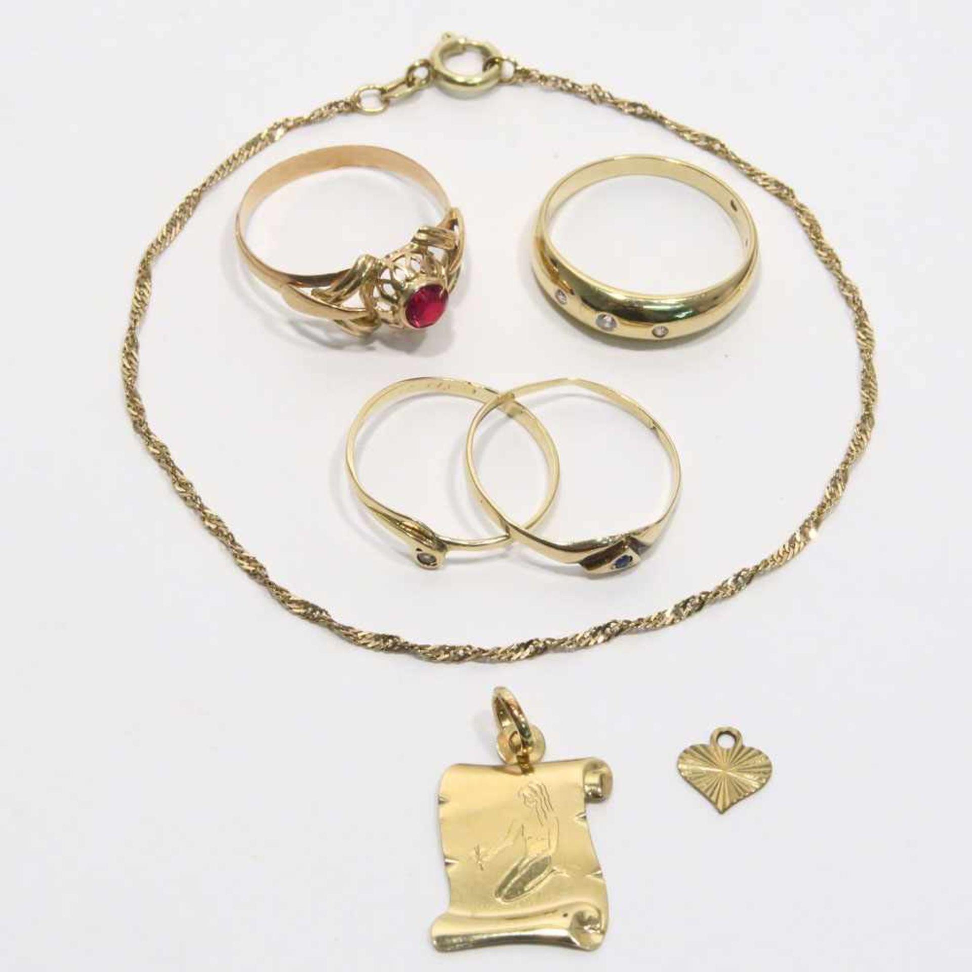 Los 58 - Konvolut Goldschmuck, 7tlg.14 K GG bzw. RG, tlw. Marken (585). Mit einem kleinen Saphir bzw.